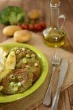 Pancake dei broccoli con la cipolla, le patate e vestirsi Immagine Stock
