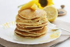 Pancake dei semi di papavero e del formaggio cremoso Fotografia Stock
