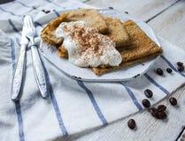 Pancake del caffè con panna acida Immagini Stock Libere da Diritti