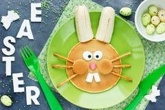 Pancake del coniglietto di pasqua - idea creativa per i bambini immagine stock