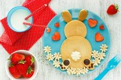 Pancake del coniglietto di pasqua per la prima colazione immagine stock