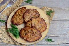 Pancake del fegato di pollo con le verdure su un tagliere e fondo di legno d'annata con lo spazio della copia per testo fotografia stock