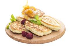 Pancake del formaggio con i lamponi ed il miele Fotografie Stock