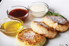 Pancake del formaggio con inceppamento e crema immagine stock