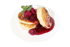 Pancake del formaggio con l'inceppamento di lamponi Immagini Stock