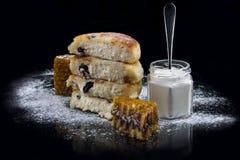 Pancake del formaggio con uva passa fotografie stock libere da diritti