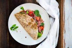 Pancake del grano saraceno con Cherry Tomatoes, Rocket Salad, spinaci, Fotografia Stock Libera da Diritti