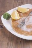 Pancake del limone e dello zucchero e della menta Immagine Stock