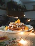Pancake del mango del vegano con le luci immagini stock