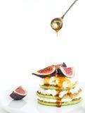 Pancake del midollo con i fichi, il miele ed il formaggio a pasta molle freschi Immagini Stock Libere da Diritti