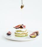 Pancake del midollo con i fichi, il miele ed il formaggio a pasta molle freschi Fotografia Stock