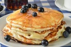 Pancake del mirtillo su una tavola di picnic Fotografie Stock Libere da Diritti