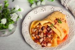 Pancake del pollo con la natura morta del pollo della Provenza, rustico, gastronomica, ristorante, Immagini Stock