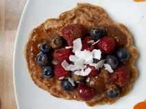 Pancake del vegano con le bacche Fotografia Stock