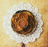 Pancake del villaggio su fondo di legno sui tovaglioli modellati Fotografia Stock Libera da Diritti