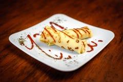 Pancake deliziosi con carne, le spezie e la salsa su un piatto bianco Fotografia Stock Libera da Diritti
