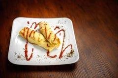 Pancake deliziosi con carne, le spezie e la salsa su un piatto bianco Immagini Stock Libere da Diritti