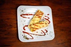 Pancake deliziosi con carne, le spezie e la salsa su un piatto bianco Fotografia Stock