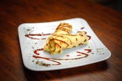 Pancake deliziosi con carne, le spezie e la salsa su un piatto bianco Immagine Stock Libera da Diritti