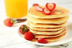 Pancake deliziosi con la fragola su fondo di legno bianco Immagini Stock Libere da Diritti