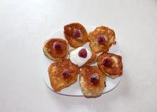 Pancake deliziosi del lievito con i lamponi e con crema immagine stock
