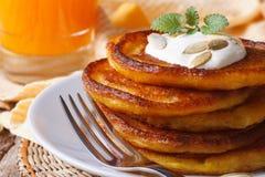 Pancake deliziosi della zucca con la macro del succo e della panna acida Fotografia Stock Libera da Diritti