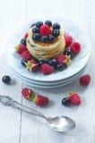 Pancake deliziosi di una prima colazione con le bacche fresche Immagine Stock