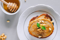 Pancake della banana con le noci ed i dadi di cedro Immagine Stock Libera da Diritti