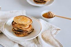 Pancake della banana con miele Fotografie Stock Libere da Diritti