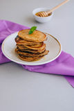 Pancake della banana con miele Fotografia Stock