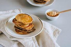 Pancake della banana con miele Fotografia Stock Libera da Diritti