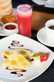 Pancake della banana di balinese e succo dell'anguria Fotografie Stock