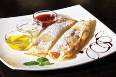 Pancake della cagliata con la panna acida dell'uva passa fotografie stock