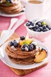 Pancake della farina della noce di cocco della cannella con la frutta fresca Immagini Stock Libere da Diritti