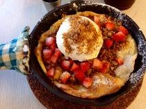 Pancake della fragola con il gelato e l'inceppamento Fotografie Stock
