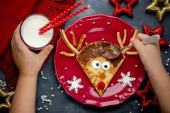 Pancake della renna divertenti e prima colazione facile sul Natale Fotografia Stock Libera da Diritti
