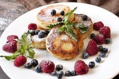 Pancake della ricotta con la decorazione delle foglie di menta Fotografia Stock Libera da Diritti