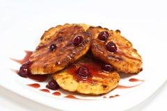 Pancake della ricotta con la marmellata di amarene Fotografie Stock