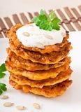 Pancake della zucca con crema acida Fotografia Stock