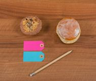 Pancake di Berlino con l'inceppamento di fragola sul bordo di legno fotografie stock