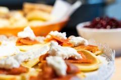 Pancake di color salmone con il formaggio di Robiola fotografia stock libera da diritti
