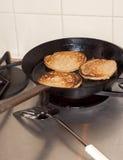 Pancake di cottura Immagine Stock