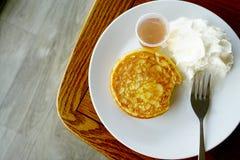 Pancake di Eatting e panna montata Alla caffetteria immagini stock