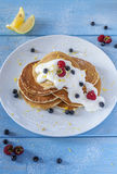 Pancake di mattina con le bacche Immagini Stock Libere da Diritti