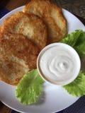 Pancake di patata bielorussi con panna acida fotografia stock libera da diritti