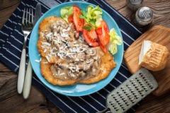 Pancake di patata casalinghi fritti croccanti con salsa di funghi Immagini Stock Libere da Diritti