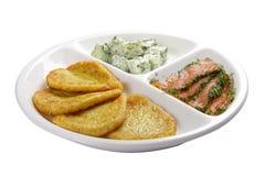 Pancake di patata con i salmoni salati Su una priorit? bassa bianca fotografia stock libera da diritti