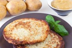 Pancake di patata con la composta di mele Immagine Stock