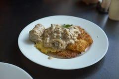 Pancake di patata con la salsiccia su un piatto fotografia stock
