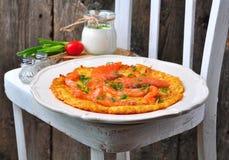 Pancake di patata con panna acida ed il salmone affumicato Fotografie Stock Libere da Diritti